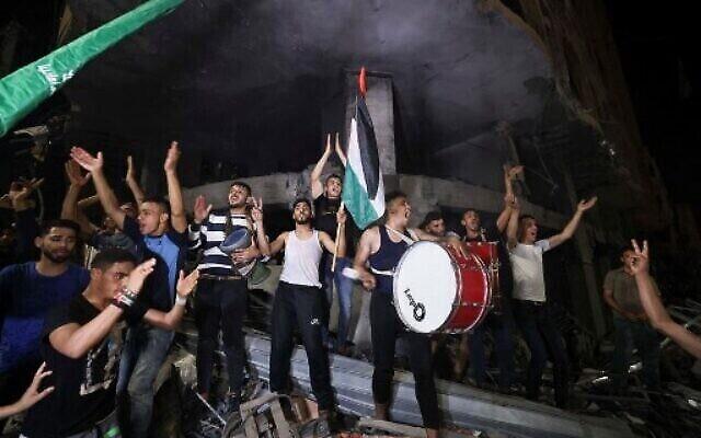 Les Palestiniens célèbrent dans les rues à la suite du cessez-le-feu entre Israël et le Hamas, à Gaza, le 21 mai 2021. (Photo: MAHMUD HAMS / AFP)