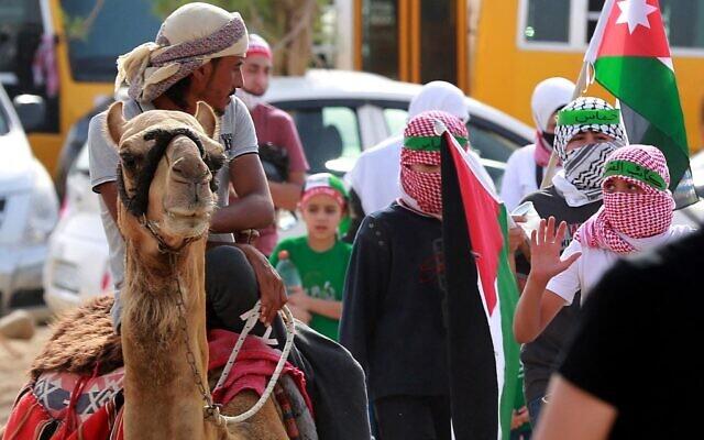 Des partisans des Frères musulmans de Jordanie participent à une manifestation dans le village de Sweimeh, près de la frontière jordanienne avec la Cisjordanie occupée, le 21 mai 2021, pour exprimer leur solidarité avec les Palestiniens et célébrer le cessez-le-feu. (Crédit : Khalil MAZRAAWI / AFP)