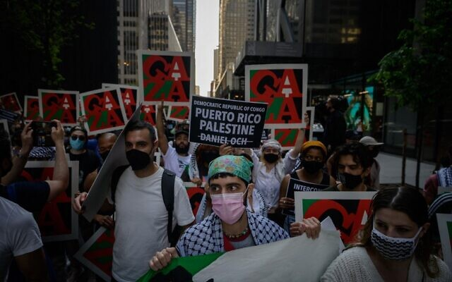 Des manifestants assistent à un rassemblement de solidarité avec la Palestine contre les membres du conseil d'administration du Museum of Modern Art (MOMA) qu'ils accusent de soutenir les efforts militaires israéliens, devant le MoMA à Manhattan, New York, le 21 mai 2021 (Ed JONES / AFP)