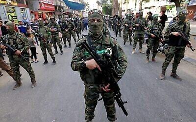 Les membres des Brigades Ezzedine Al-Qassam, aile armée du groupe terroriste du Hamas, défilent à Gaza City en date du 22 mai 2021. (Crédit : Emmanuel Dunand/AFP)