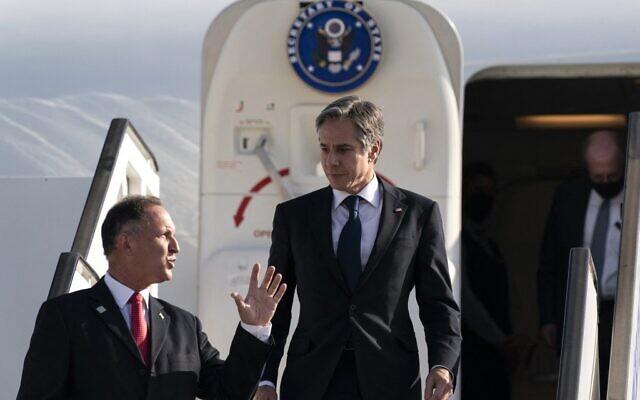 Le secrétaire d'Etat américain Antony Blinken accueilli par le chef du protocole Gil Haskelas, à son arrivée à l'aéroport Ben Gurion à Tel Aviv, le 25 mai 2021. (Crédit : Alex Brandon / POOL / AFP)