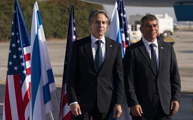 Le secrétaire d'Etat américain Antony Blinken avec le ministre des Affaires étrangères israélien Gabi Ashkenazi, à son arrivée à l'aéroport Ben Gurion à Tel Aviv, le 25 mai 2021. (Crédit : Alex Brandon / POOL / AFP)