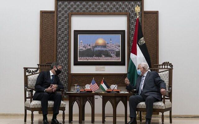 Le secrétaire d'État Antony Blinken (à gauche) s'entretient avec le président de l'Autorité palestinienne Mahmoud Abbas le 25 mai 2021, à Ramallah, en Cisjordanie. (Crédit : Alex Brandon / POOL / AFP)
