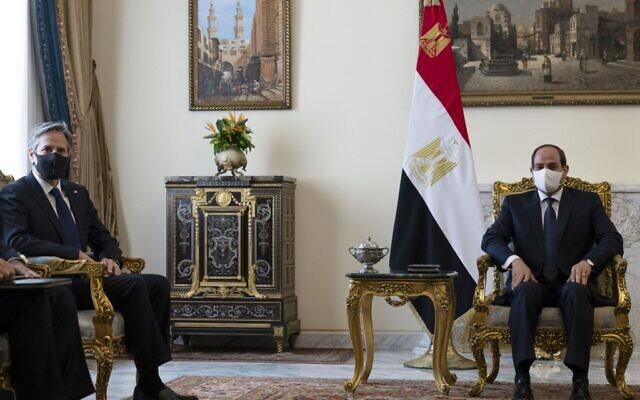 Le secrétaire d'État américain Antony Blinken (à gauche) rencontre le président égyptien Abdel Fattah al-Sissi au palais présidentiel d'Héliopolis, le 26 mai 2021 (Crédit : Alex Brandon / POOL / AFP)