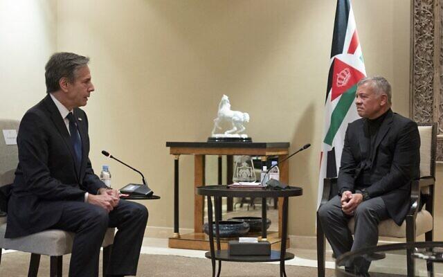 Le secrétaire d'État américain Antony Blinken (à gauche) rencontre le roi Abdallah II de Jordanie à Bayt Al-Urdon dans la capitale jordanienne d'Amman le 26 mai 2021. (Crédit : Alex Brandon / POOL / AFP)