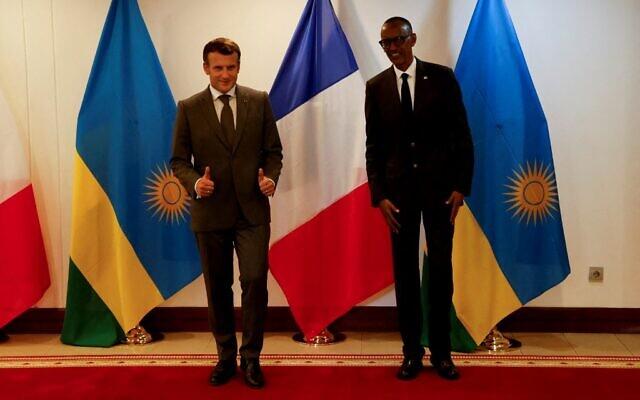 Le président français Emmanuel Macron lève le pouce alors qu'il se tient à côté du président rwandais Paul Kagame après leur conférence de presse et avant leur dîner officiel au palais présidentiel avant leur rencontre bilatérale à Kigali le 27 mai 2021.  (Crédit : Ludovic MARIN / AFP)