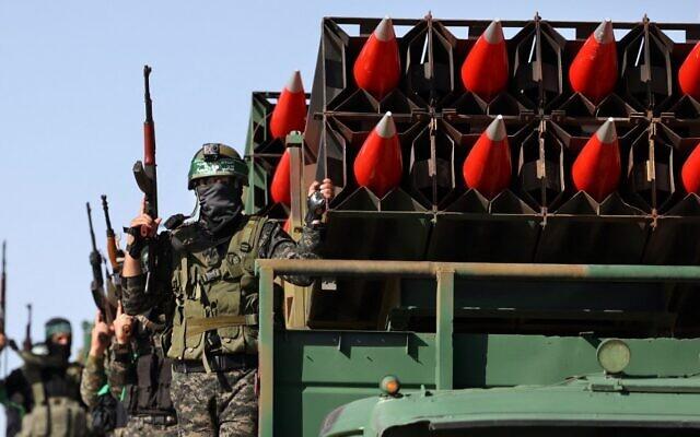 Des membres de l'aile militaire du groupe terroriste Hamas défilent à Khan Yunis, dans le sud de la bande de Gaza, le 27 mai 2021, alors que le Hamas revendique la victoire à l'issue d'un conflit de 11 jours avec Israël. (Crédit : SAID KHATIB / AFP)