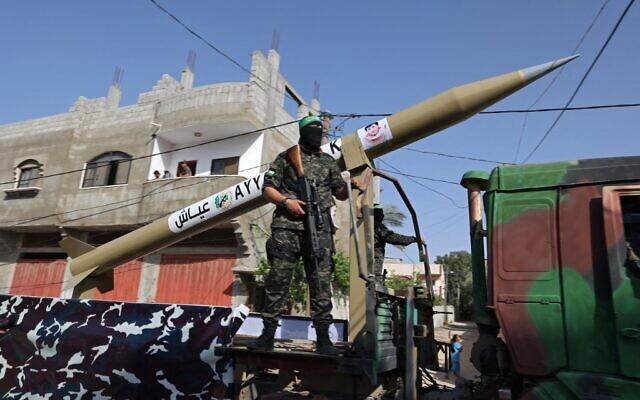 Des membres des brigades Ezzedine al-Qassam, aile armée du mouvement terroriste palestinien du Hamas, lors d'un défilé à Rafah, dans le sud de la bande de Gaza, le 28 mai 2021. (Crédit : SAID KHATIB / AFP)