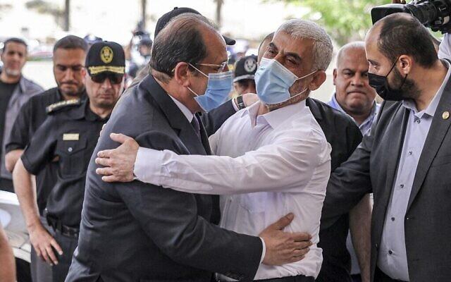 Yahya Sinwar (à droite), le chef politique du Hamas à Gaza, embrasse le général Abbas Kamel (à gauche), chef du renseignement égyptien, alors que ce dernier arrive pour une réunion avec les dirigeants du Hamas à Gaza le 31 mai 2021 (Crédit : MAHMUD HAMS / AFP )