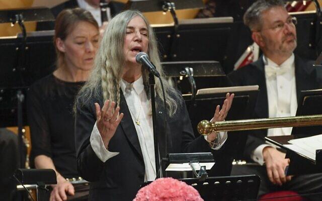 La chanteuse américaine Patti Smith en concert lors de la remise du prix Nobel à Stockholm, le 10 décembre 2016. (Crédit : AFP PHOTO/TT News Agency/JESSICA GOW)