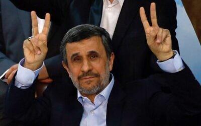 L'ancien président iranien Mahmoud Ahmadinejad brandit le signe de la victoire au siège électoral du ministère de l'Intérieur à Téhéran, le 12 avril 2017. (Crédit : AFP/Atta Kenare)