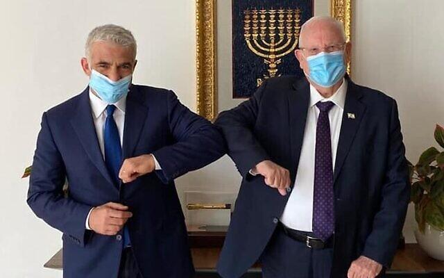 Le président de Yesh Atid, Yair Lapid, (à gauche) avec le président Reuven rivlin, le 8 juillet 2020. (Yair Lapid/Facebook)