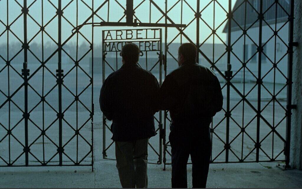 """Bill Basch retourne avec son fils Martin au camp de concentration de Dachau en Allemagne dans le documentaire de 1998 """"Les derniers jours"""". (Autorisation)"""