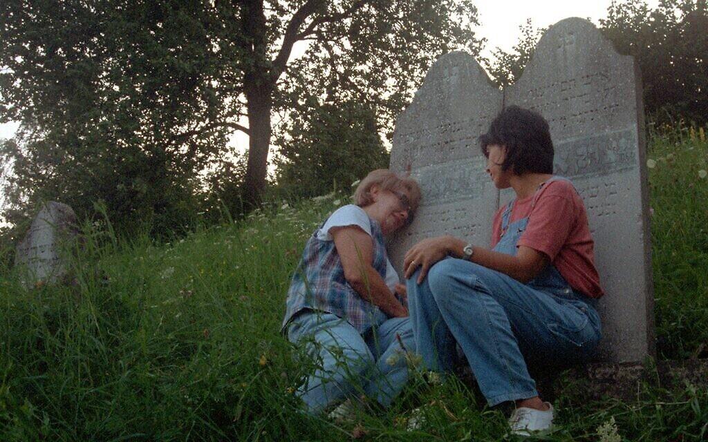 """Irène Zisblatt se rend sur la tombe de ses grands-parents avec sa fille Robin dans le documentaire de 1998 """"Les derniers jours"""". (Autorisation)"""