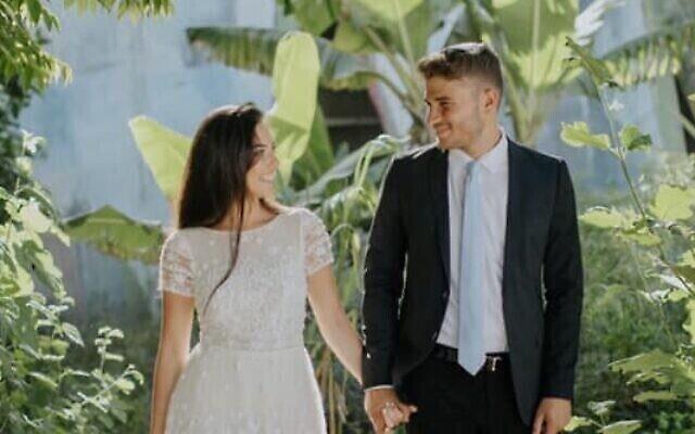 Yarona et Liron Weinberg, tous deux officiers de Tsahal, sont retournés à l'armée compte tenu de la récente escalade, et ont choisi d'offrir leur lune de miel prévue sur le Golan à un autre couple récemment marié du sud du pays. (Autorisation : Yarona Weinberg)