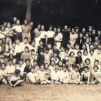 Truus Wijsmuller, à gauche, regarde les enfants du Burgerweeshuis, vers 1940. Crédit :  CC BY-SA 4.0/ Overwijsmuller)