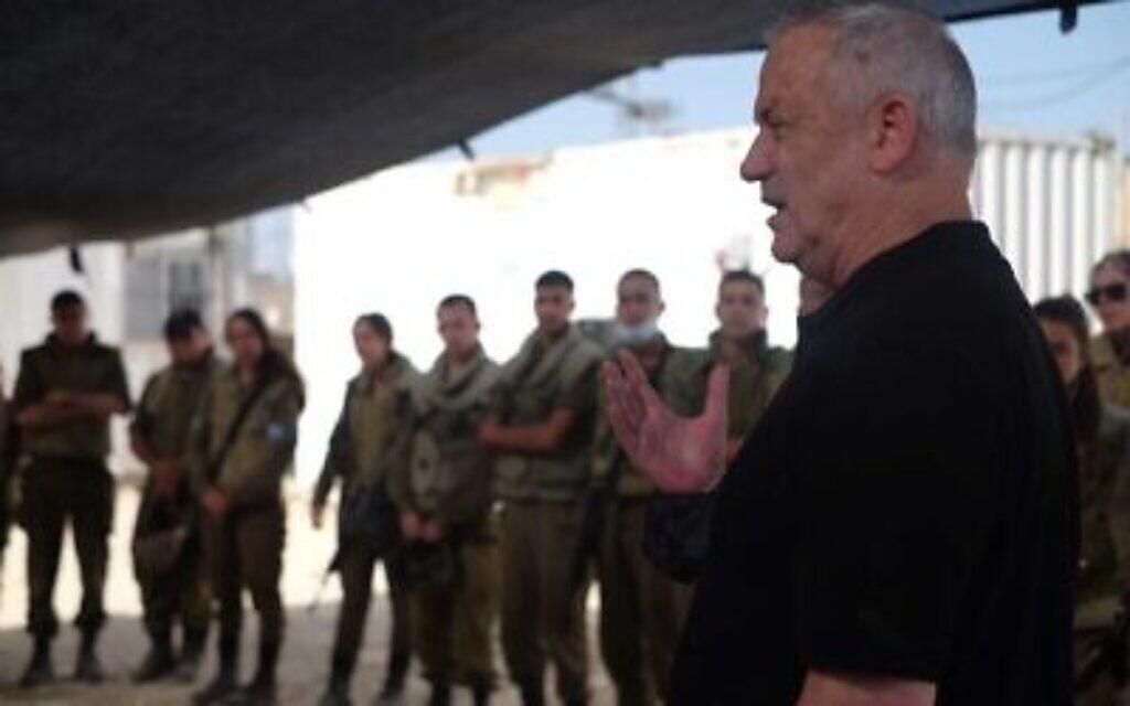 Le ministre de la Défense Benny Gantz parle aux soldats de l'armée de l'air en charge du système de défense antiaérienne du Dôme de fer, le 11 mai 2021. (Crédit : Judah Ari Gross/Times of Israel)
