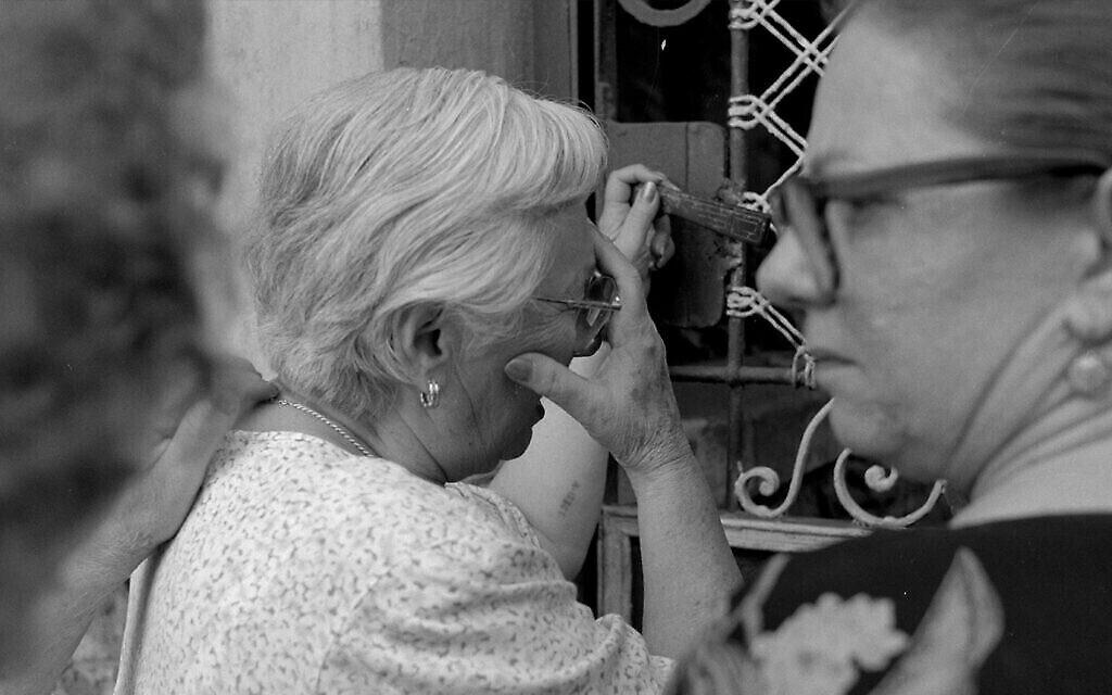 """Renée Firestone à la porte de la maison de son enfance à Uzhorod, en Ukraine, anciennement en Hongrie, dans le documentaire de 1998 """"Les derniers jours"""". (Autorisation)"""