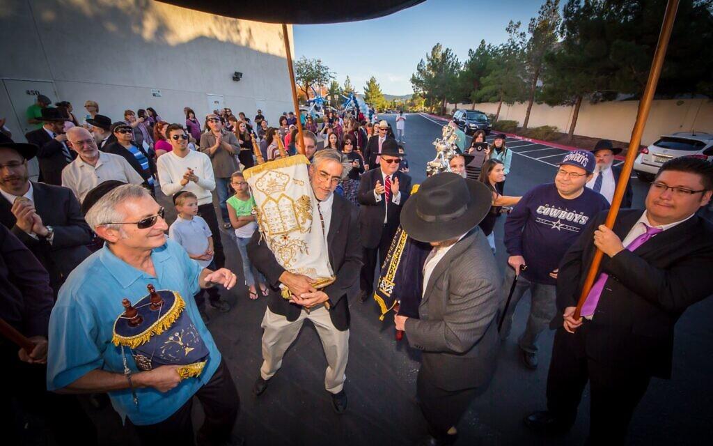 Des membres du centre Ahavas Torah de Henderson défilent dans la ville lors d'une cérémonie d'inauguration d'un Sefer Torah au milieu des années 2010. La banlieue de Las Vegas abrite une population juive orthodoxe croissante. (Autorisation du Ahavas Torah Center/ via JTA)