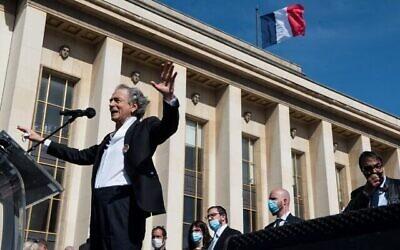 """Bernard-Henry Levy prend la parole lors du rassemblement """"Justice pour Sarah Halimi"""" à Paris, France, le 25 avril 2021. (Cnaan Liphshiz/ JTA)"""