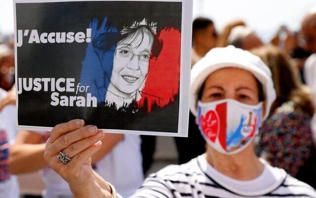 Une femme brandit une pancarte lors de la journée de rassemblements dans le monde entier pour protester contre la gestion par le système judiciaire français de l'affaire Sarah Halimi, le 25 avril 2021. (Crédit : Jack Guez/AFP/Getty Images/ via JTA)