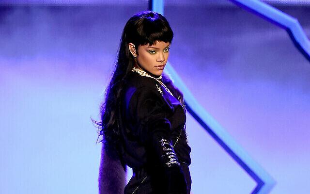 Rihanna sur scène lors des MTV Video Music Awards 2016 au Madison Square Garden de New York, le 28 août 2016. (Crédit : Michael Loccisano / Getty Images)