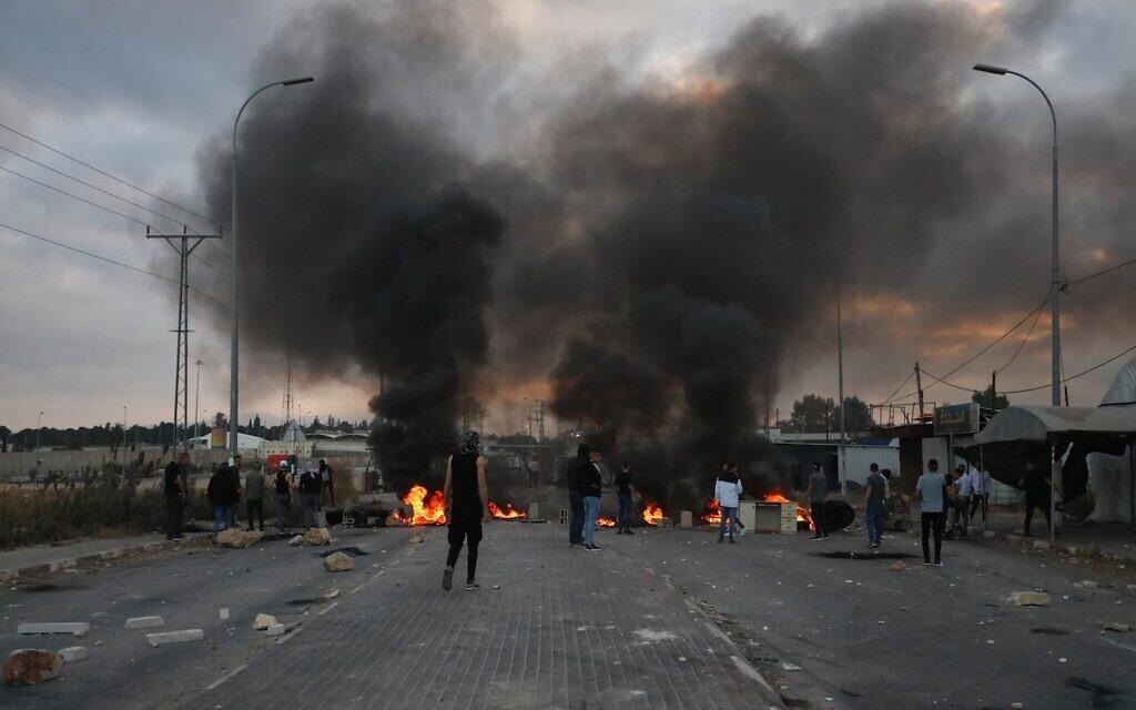 Des émeutiers palestiniens affrontent les soldats, près de Jénine, le 14 mai 2021. (Crédit : WAFA)