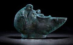 Une lampe à huile en bronze découverte dans les fondations d'un bâtiment de l'époque romaine sur la route de pèlerinage de la Cité de David à Jérusalem, mai 2021. (Koby Harati/Cité de David)