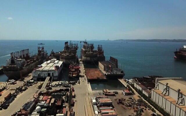 Des Navires-centrale stationnés au large du Liban. (Crédit : AFPTV)