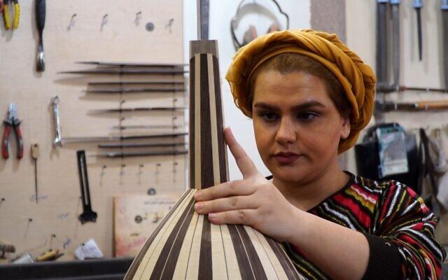La luthière iranienne Fatemeh Moussavi dans son atelier de fabrication d'oud à Téhéran, le 14 décembre 2020. (Crédit : AFPTV)
