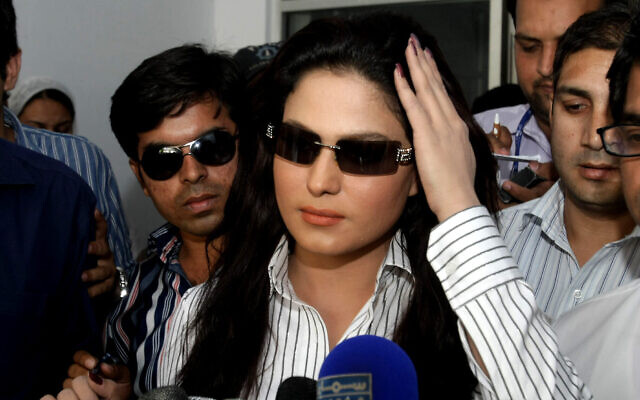 L'actrice pakistanaise Veena Malik parle aux médias dans un poste de police local à Lahore, au Pakistan, le 13 avril 2010. (Crédit : AP Photo/K.M.Chaudary)