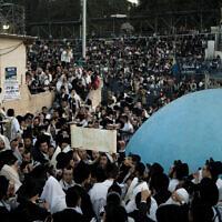 Des Juifs ultra-orthodoxes prient sur le site du Mont Meron, autour du tombeau du rabbin Shimon Bar Yochai, pendant les fêtes de Lag BaOmer, dans le nord d'Israël, le 10 avril 2021. (Crédit :  AP Photo/Ariel Schalit)