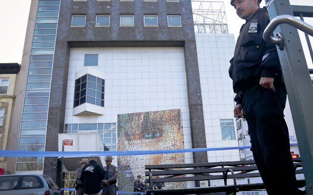 Illustration : les forces de l'ordre fédérales, étatiques et locales se tiennent devant le Musée juif des enfants suite à une alerte à la bombe à Brooklyn, New York, le 9 mars 2017. (Crédit : AP Photo/Bebeto Matthews)