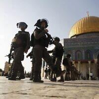 Des agents de la police des frontières montent la garde aux abords du Dôme du Rocher, sur le mont du Temple, dans la Vieille ville de Jérusalem, le 27 juillet 2017. (AP /Mahmoud Illean)