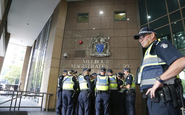Un groupe de policiers au tribunal de première instance de Melbourne, en Australie, le 5 mars 2018 (Crédit : AP Photo/Asanka Brendon Ratnayake).