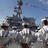 Des marins debout pendant une cérémonie de mise en service à Port Everglades à Fort Lauderdale, en Floride, le 27 juillet 2019. (Crédit : AP Photo/Lynne Sladky, Archive)