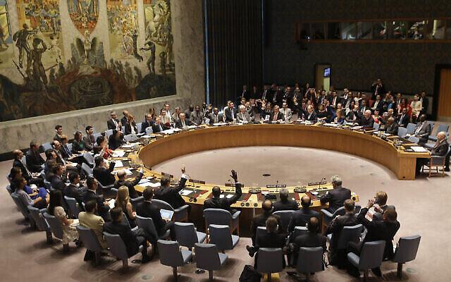 Sur cette photo d'archive du 20 juillet 2015, les membres du Conseil de sécurité votent au siège des Nations Unies sur l'accord nucléaire historique entre l'Iran et six puissances mondiales. (AP / Seth Wenig, dossier)