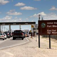 Des voitures attendent pour entrer dans Fort Bliss à El Paso, au Texas, le 9 septembre 2014. (Juan Carlos Llorca/AP)