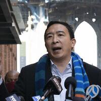 Le candidat démocrate à la mairie Andrew Yang tient une conférence de presse dans le quartier de Dumbo à New York, le 11 mars 2021, (Crédit : AP Photo/Mark Lennihan)