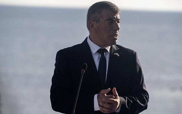 Le ministre des Affaires étrangères Gabi Ashkenazi s'entretient avec les médias lors d'une conférence de presse à l'issue d'une réunion des ministres des Affaires étrangères de Chypre, de Grèce, d'Israël et des Émirats arabes unis à Paphos, Chypre, le 16 avril 2021. (Crédit : Iakovos Hatzistavrou Pool via AP)