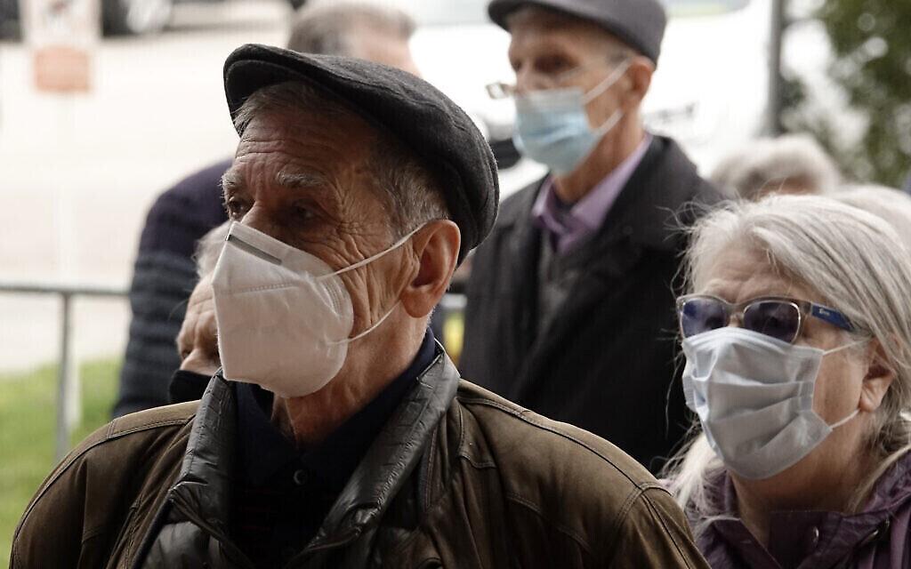 Des personnes attendent de se faire vacciner contre la COVID-19, dans une salle de sport de la capitale Sarajevo, en Bosnie, mercredi 21 avril 2021. (AP Photo/Eldar Emric)