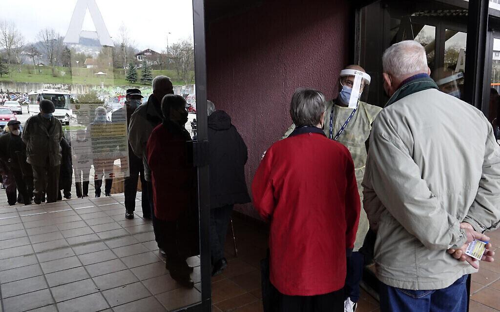 Des personnes attendent de se faire vacciner contre la COVID-19 dans une salle de sport de la capitale Sarajevo, en Bosnie, mercredi 21 avril 2021. (AP Photo/Eldar Emric)