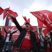 Des partisans du Parti socialiste agitent des drapeaux lors d'un rassemblement de leur parti à Tirana, en Albanie, le 22 avril 2021. (AP)