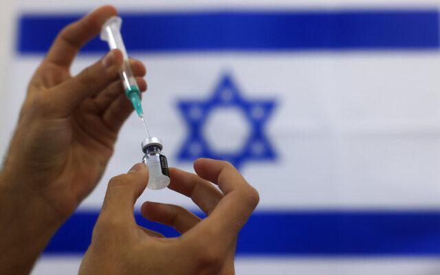 Un infirmier militaire prépare une dose de vaccin Pfizer contre la COVID-19 à administrer dans un hôpital d'Ashdod, dans le sud d'Israël, le 7 janvier 2021. (Crédit : AP Photo/Tsafrir Abayov)