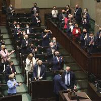 Les législateurs polonais après avoir voté - certains au Parlement, d'autres à distance - à Varsovie, en Pologne, le 4 mai 2021. (AP Photo/Czarek Sokolowski)