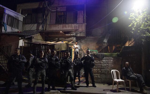 La police israélienne monte la garde devant une habitation palestinienne occupée par des habitants d'implantation pendant une manifestation  dénonçant l'expulsion de familles palestiniennes dans le quartier Sheikh-Jarrah de Jérusalem, à la veille d'une audience de la Haute-cour sur le sujet, le 5 mai 2021. (Crédit : AP Photo/Maya Alleruzzo)