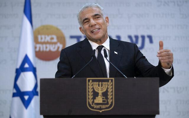 Le leader de Yesh Atid, Yair Lapid, durant une conférence de presse à Tel Aviv, le 6 mai 2021. (Crédit : AP Photo/Oded Balilty)