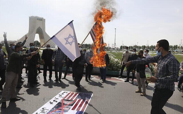 Des manifestants brûlent des drapeaux israéliens à Téhéran, en Iran, lors de la Journée al-Quds, le 7 mai 2021. (Crédit :AP Photo/Vahid Salemi)