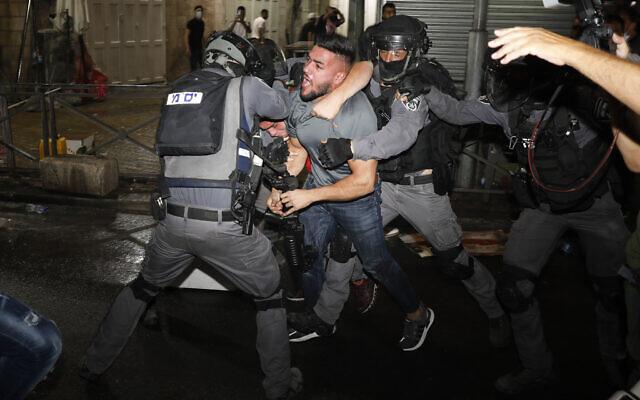 Affrontements entre policiers et manifestants arabes à la porte de Damas, à Jérusalem pendant le Ramadan, le 9 mai 2021. (Crédit : AP/Ariel Schalit)