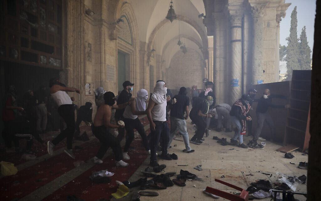 Des émeutiers palestiniens affrontent les forces de sécurité israéliennes dans l'enceinte de la mosquée al-Aqsa sur le mont du Temple, dans la Vieille Ville de Jérusalem, le 10 mai 2021. (Crédit : AP/Mahmoud Illean)